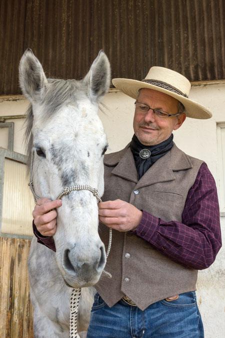 Pferde fühlen sich bei ihrem Ranghöheren wohl und lassen sich dann auch gerne aufhalftern.