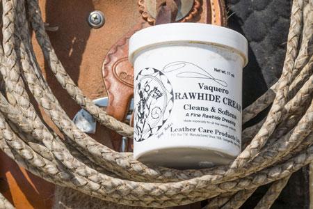 Handelsübliche Rohhautkreme eignet sich hervorragend zum Einfetten des Ledergeflechts.