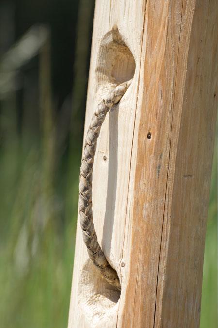 """Beim Durchziehen des Ropes """"brechen"""" die Kanten der Lederflechtung am Holzpflock und das Seil dehnt sich über seine gesamte Länge."""