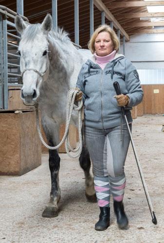 So sollte das Pferd seinem Menschen folgen: das Führseil hängt durch, das Pferd geht (frei)willig mit ...